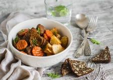 Rindergulasch mit Karotten und gebratenen Kartoffeln in einer weißen Schüssel Stockfoto