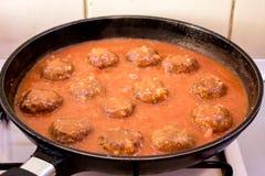 Rinderhackfleisch Meeatballs in der Tomatensauce gebraten in Pan From die Seite stockbild