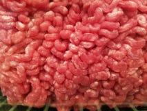 Rinderhackfleisch roh im Paket lizenzfreies stockbild