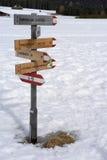 RINDERPLATZ, SÜD-TYROL/ITALY - 27. MÄRZ: Wegweiser auf der Alpe Lizenzfreie Stockbilder