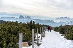 RINDERPLATZ, TYROL/ITALY DEL SUD - 27 MARZO: Coppie che camminano sul Th Immagine Stock