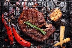 Rindfleisch auf dem Grill mit Gemüse lizenzfreies stockfoto
