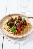 Rindfleisch-, Basilikum- und Tomatenfleischklöschen mit Quinoa Stockfotografie