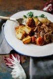 Rindfleisch Bourguignon in der keramischen Platte Lizenzfreies Stockfoto