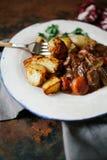 Rindfleisch Bourguignon in der keramischen Platte Stockfotos