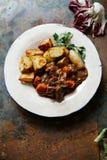 Rindfleisch Bourguignon in der keramischen Platte Stockfotografie