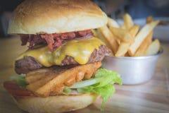 Rindfleisch-Burger/brechen Schlechtes Stockfoto