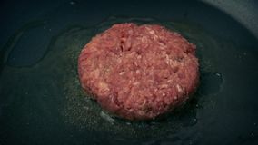 Rindfleisch-Burger eingesetzt in Pan And Cooks stock video footage