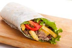 Rindfleisch Burrito mit Pfeffern, gebratener Kartoffel und Tomate lizenzfreies stockfoto