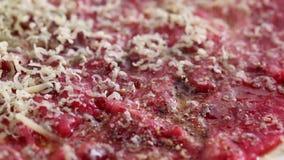 Rindfleisch carpaccio - Gewürz des schwarzen Pfeffers stock video footage