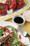 Rindfleisch Carpaccio; Würzen, nahes Getreide des spanischen Pfeffers lizenzfreies stockfoto