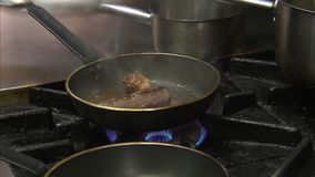 Rindfleisch in einer kleinen schwarzen Wanne stock footage