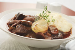 Rindfleisch-Eintopfgericht mit Zwiebel und Brei gestampfter Kartoffel lizenzfreies stockbild