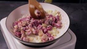 Rindfleisch gebraten in der Bratpfanne mit Zwiebel Fleischrindfleisch wird in der Bratpfanne gekocht stock video footage
