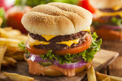Rindfleisch-Käse-Hamburger mit Kopfsalat-Tomate Stockbild