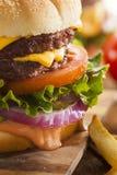 Rindfleisch-Käse-Hamburger mit Kopfsalat-Tomate Lizenzfreies Stockfoto