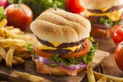 Rindfleisch-Käse-Hamburger mit Kopfsalat-Tomate Stockfotografie
