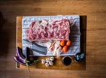 Rindfleisch mit einem Glas Wein stockfoto