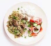 Rindfleisch mit freekeh Mahlzeit von oben Stockfotos