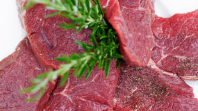 Rindfleisch mit Rosmarinzweigen Stockfoto