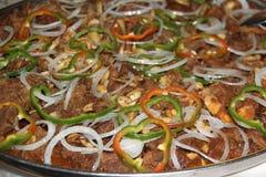 Rindfleisch mit Zwiebeln, Pfeffern und Acajoubäumen lizenzfreie stockfotos