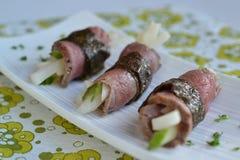 Rindfleisch rollt mit Gurken- und Rettichsalat Stockfotos