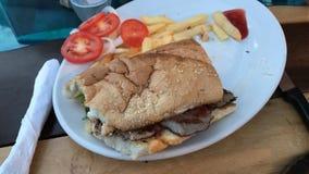 Rindfleisch-Sandwich mit Fischrogen im links Stockfotografie