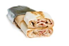 Rindfleisch shawarma oder Kebabverpackung mit Gemüse Lokalisiert auf Weiß Lizenzfreies Stockfoto