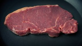Rindfleisch-Steak gelegt in Bratpfanne stock video footage