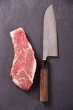 Rindfleisch-Steak mit Japaner Santoku-Messer Lizenzfreie Stockfotografie