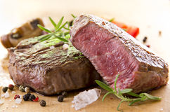 Rindfleisch-Steak mit Kräutern Stockfotografie