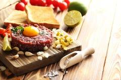 Rindfleisch tartare mit Eigelb stockfotos