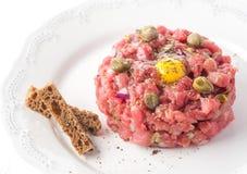 Rindfleisch tartare mit Gewürzen und Kapriolen Lizenzfreie Stockfotos