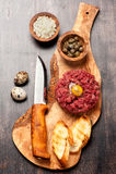 Rindfleisch tartare mit Kapriolen und Zwiebel Lizenzfreies Stockbild