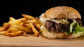 Rindfleisch- und Zwiebelhamburger mit Pommes-Frites stock video