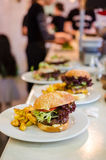 Rindfleischburger in einem Restaurant stockfotografie