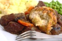 Rindfleischeintopfgericht mit Mehlkloß lizenzfreies stockfoto
