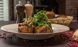 Rindfleischendstückeintopfgericht mit Wein und Gemüse Stockfotografie