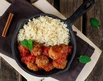Rindfleischfleischklöschen mit Zimt und Minze dienten mit Reis stockbild