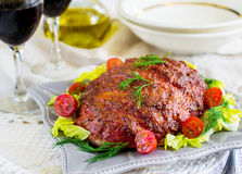 Rindfleischhackbraten mit Speck und Senfkruste Stockbild