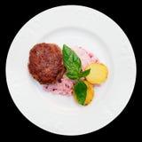 Rindfleischpastetchenkuchen mit sahniger Soße und den Kartoffeln, lokalisiert Stockfotografie