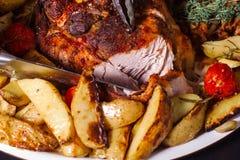 Rindfleischschenkel mit Rosmarin und Kartoffeln Lizenzfreie Stockfotos