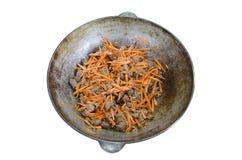Rindfleischstücke und Karotte dämpften in einem großen Kessel Stockfotos