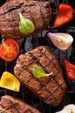 Rindfleischsteak auf einem Grillgrill Stockbilder