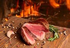Rindfleischsteak auf einem Holztisch Stockfotos