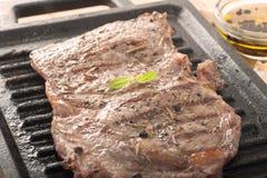Rindfleischsteak auf Grill Stockfoto