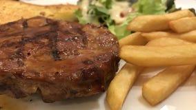 Rindfleischsteak diente mit Pommes-Frites und Salat auf einer Platte Stockfotografie