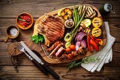 Rindfleischsteak mit gegrilltem Gemüse Stockfotos