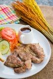Rindfleischsteak mit Soße des schwarzen Pfeffers, Salat und Pommes-Frites auf s Lizenzfreie Stockfotografie