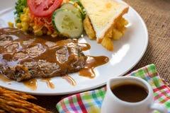 Rindfleischsteak mit Soße des schwarzen Pfeffers, Salat und Pommes-Frites auf s Stockfoto
